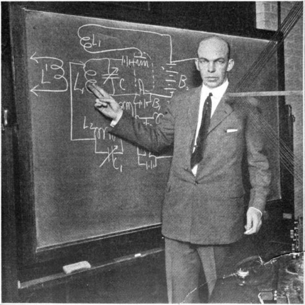 Edwin_Armstrong_at_blackboard
